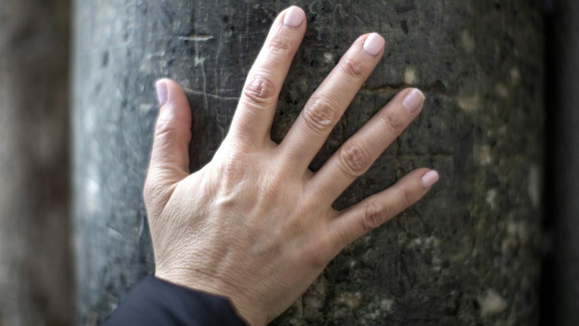 vörös pikkelyes foltok az ujjakon
