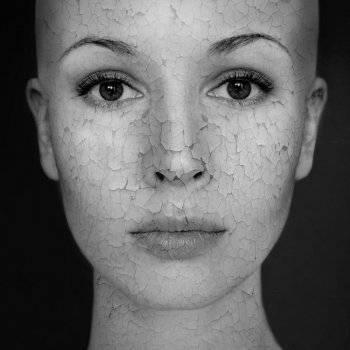 arc vörös foltokkal és szúró